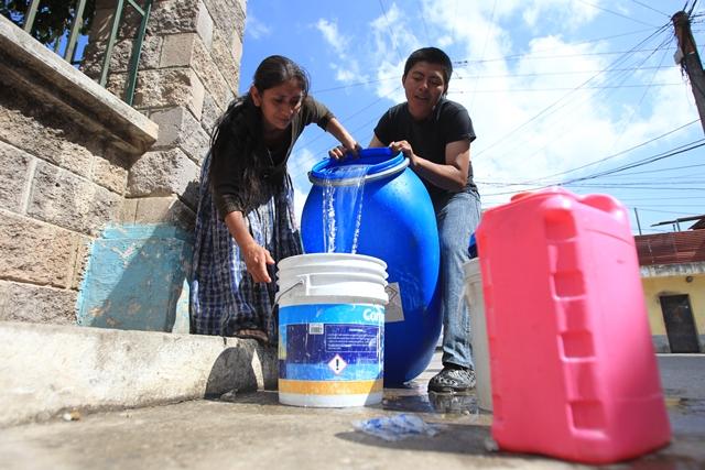 Según Marta Julia Quej, vecina de la colonia San Julián, Nueva Chinautla, por ser zona roja los camiones cisterna no le llevan agua hasta su vivienda y debe acarrearla por unos 400 metros. (Foto Prensa Libre: Esbin García)