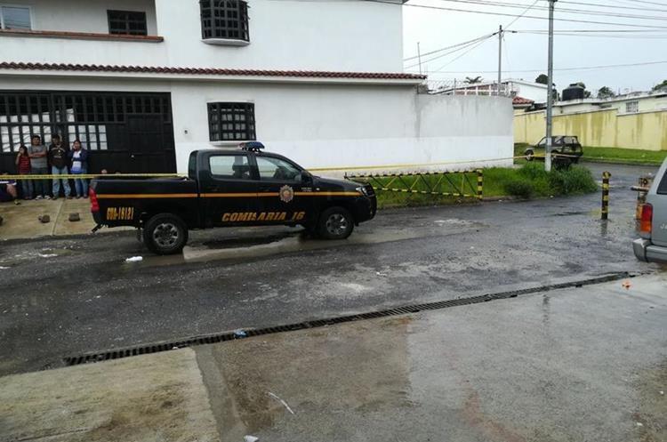 La PNC realiza las diligencias después del ataque ocurrido en Balcones, San Cristóbal 2. (Foto Prensa Libre: PNC)