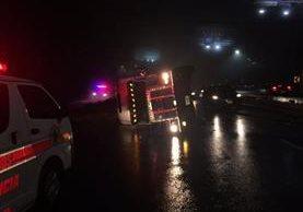 Camión accidentado la noche del viernes en ruta a El Salvador continúa causando problemas de tránsito. (Foto Prensa Libre: Provial)