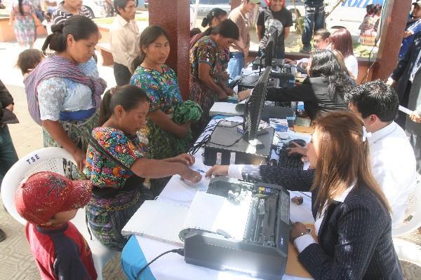 <p>Mujeres de la aldea Santa María Cauqué, Santiago Sacatepéquez, actualizan sus datos en el RC. (Foto Prensa Libre: Archivo) <br></p>