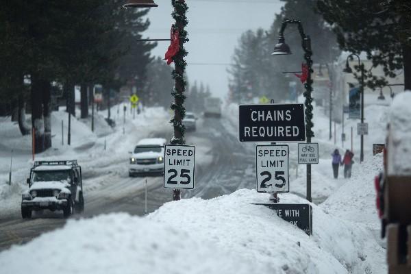 Una ruta vial se encuetra cubierta por la nieve en Oregón. (AP).