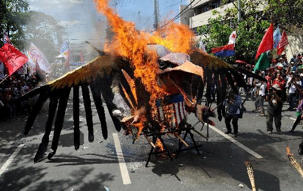 Manifestantes queman una efigie de un águila americana durante la protesta en Manila.