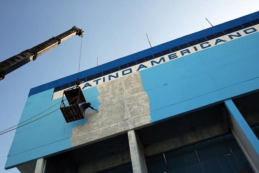 Un obrero pinta la fachada del Estadio Latinoamericano en La Habana, Cuba. (Foto Prensa Libre: EFE).
