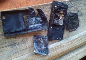 Teléfono móvil queda destruido luego de haberle explotado a un hombre en Chisec, Alta Verapaz. (Foto Prensa Libre: Eduardo Sam Chun)