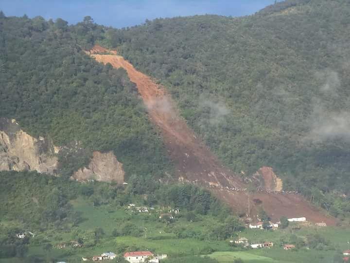 El derrumbe sepultó una vivienda y un microbús en San Pedro Soloma. (Foto Prensa libre: Noticias del Norte)