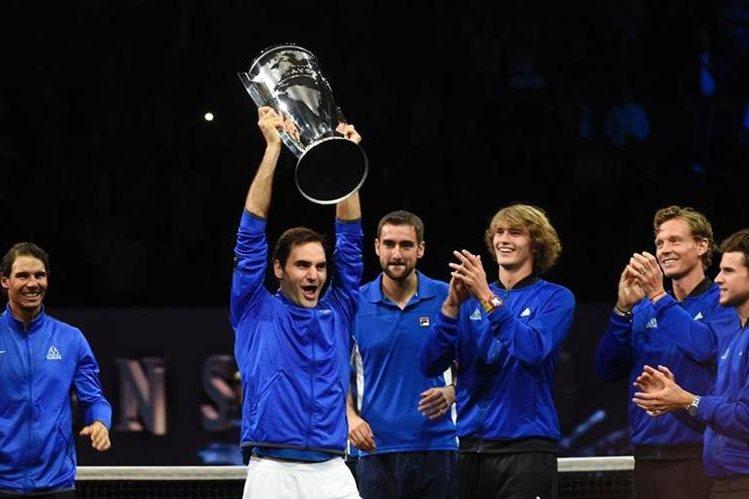 Roger Federer alza el trofeo del campeonato en el que compartió un equipo soñado junto a Rafael Nadal. (Foto Prensa Libre: AFP)