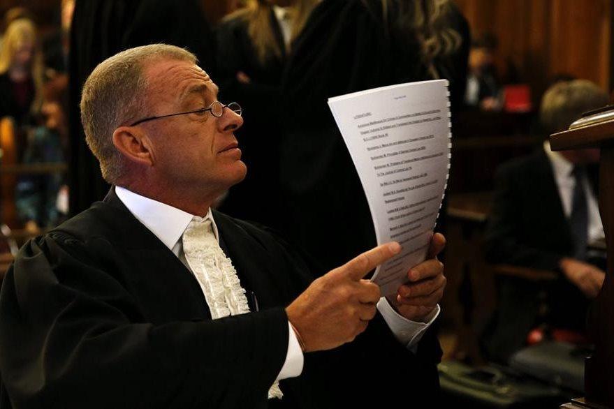 El fiscal Gerrie Nel antes del comienzo de su recurso. (Foto Prensa Libre: EFE).