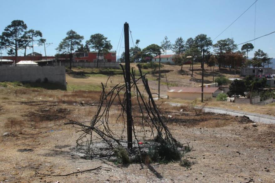 El área donde se ubica el árbol quemado, carecer de alumbrado público. (Foto Prensa Libre: Mike Castillo).