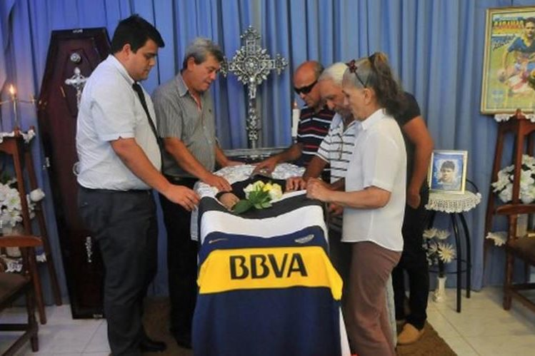 El féretro de Roberto Cabañas estuvo cubierto con la camiseta de Boca Juniors. (Foto Prensa Libre: Cortesía Última Hora)