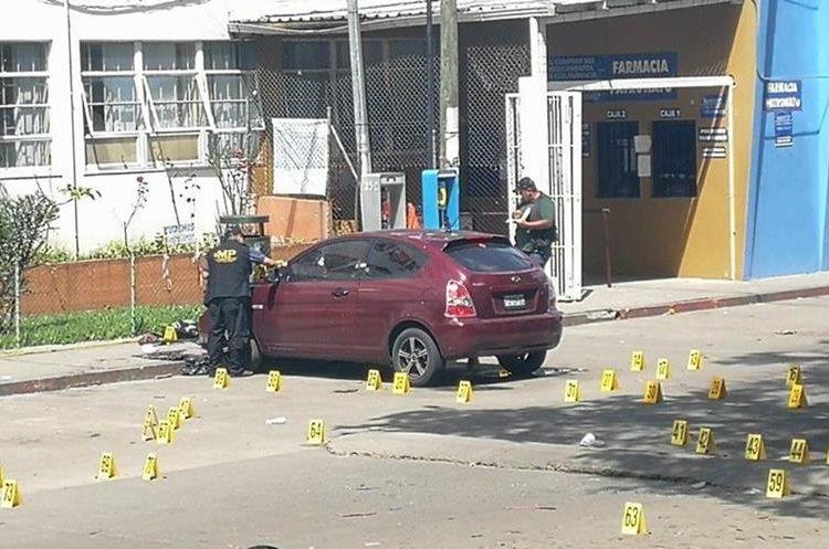 El Ministerio Público enumero los casquillos de los disparos que hicieran los autores del crimen. (Foto Prensa Libre: Estuardo Paredes)