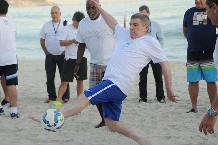 El presidente del COI, Thomas Bach en la playa Barra da Tijuca en Río. (Foto Prensa Libre: AFP)