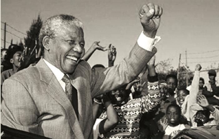 Mandela saluda a simpatizantes luego de haber sido electo Presidente de Sudáfrica (Foto: Hemeroteca PL)