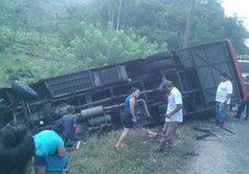 Autobús accidentado en San Luis, Petén, había salido rumboa a Flores, desde Izabal. (Foto Prensa Libre: Rigoberto Escobar)