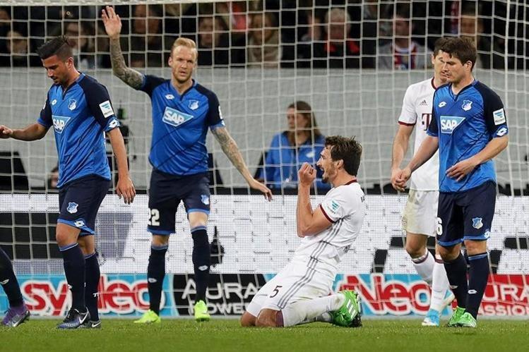 El jugador Mats Hummels (c) de Bayern se lamenta luego de fallar una de las oportunidades claras de anotar. (Foto Prensa Libre: EFE)