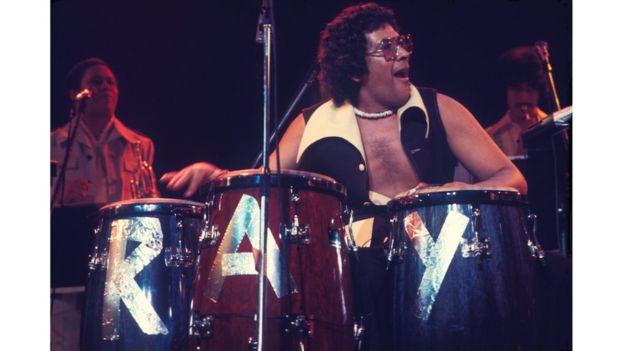 Ray Barreto durante un concierto en 1976, otra imagen de la exposición sobre salsa en el Museo de la Ciudad de Nueva York. LEE MARSHALL Y PABLO E. YGLESIAS