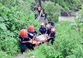 El niño fue lanzado ayer por supuestos pandilleros por oponerse a asesinar a un piloto. (Foto Prensa Libre: Bomberos Municipales)