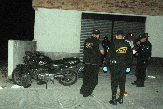 Lugar donde se sucitó el percance vial, que cobró la vida del agente de la PNC y su conviviente. (Foto Prensa Libre: Hugo Oliva)
