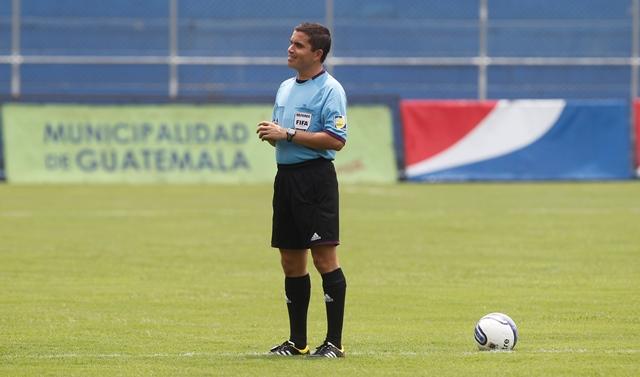 Jonathan Polanco, fue el encargado de imponer el orden en el juego. (Foto Prensa Libre: Hemeroteca PL)