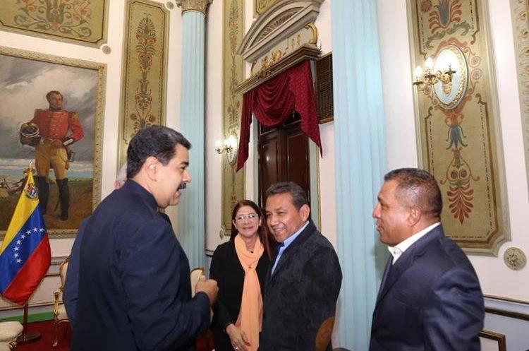 Nicolás Maduro (i) mientras saluda a dos gobernadores de oposición en Caracas. (EFE).