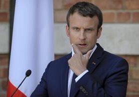 El presidente francés, Emmanuel Macron, afronta una ola de críticas por su factura de maquillaje. (Foto Prensa Libre: AP)