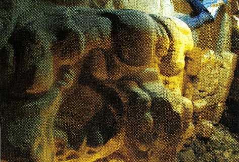 mascarón con estuco  que representa al Dios del Inframundo, el cual data del  350 a.C.,  y está ubicado en la fachada de un templo en Holmul, en Petén.