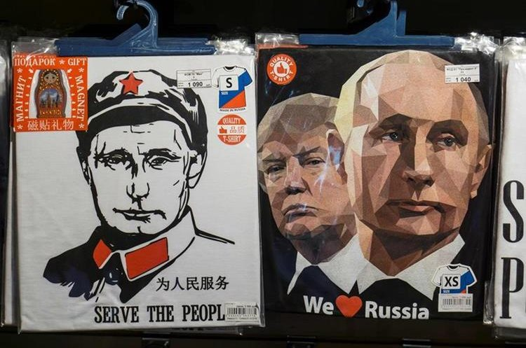 Una camiseta con el retrato de Trump y  Putin se venden en una tienda en San Petersburgo.(AFP).