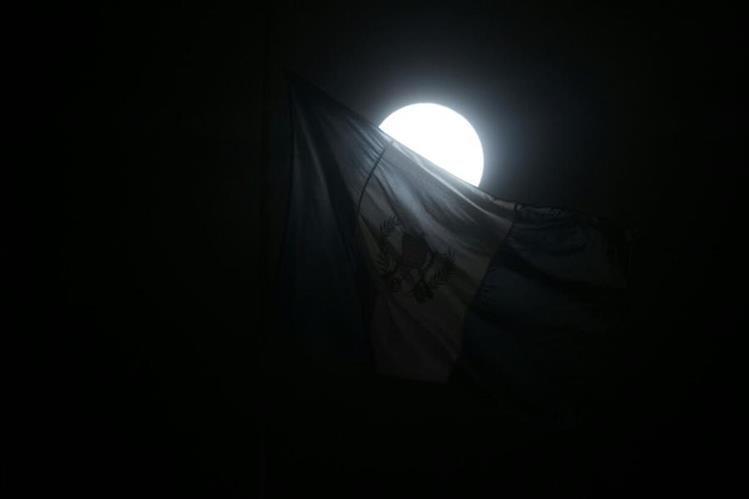 La superluna captada desde el Centro Histórico de la zona 1 capitalina. (Foto Prensa Libre: Paulo Raquec)