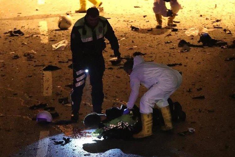 Investigadores llegan a la escena del crimen donde ocurrió el bombazo en Estambul. (Foto Prensa Libre: EFE)