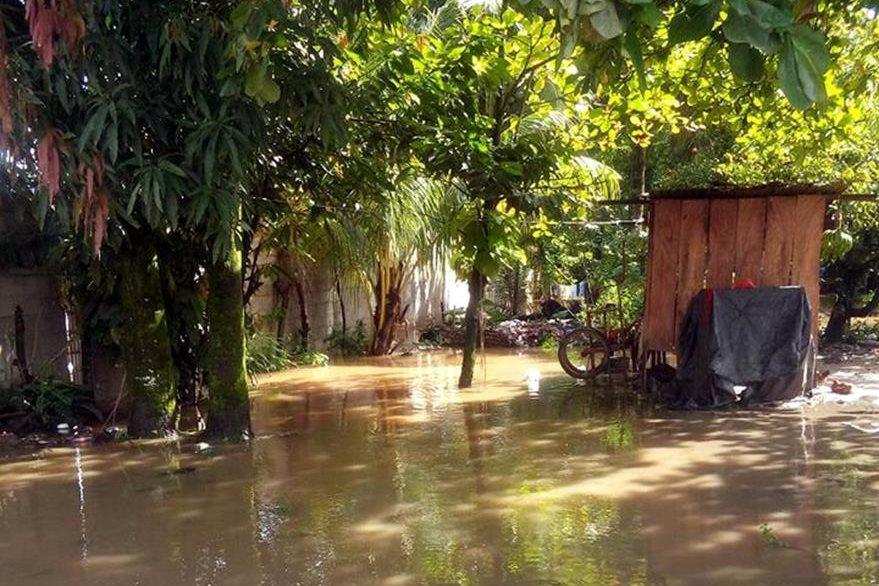 Sector inundado en la aldea Siux, Morales. (Foto Prensa Libre: Dony Stewart)