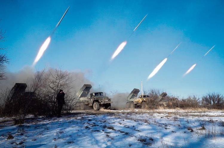 Rebeldes prorruos en la región de Gorlivka, Donetsk lanzan misiles para lograr la retirada de los ucranianos de Debaltsevo.