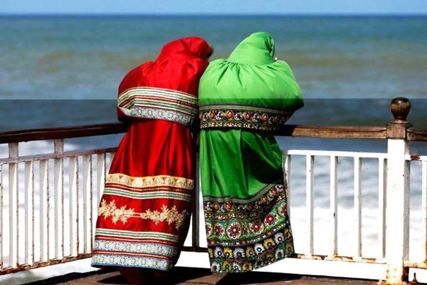 Mujeres vestidas así cumplen con el código de conducta de varios colegios de Sri Lanka. (REUTERS)