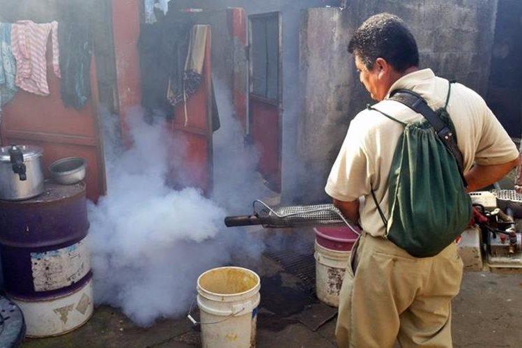 Una vivienda en Coatepeque, Quetzaltenango, es fumigada para prevenir proliferación de zancudos. (Foto Prensa Libre: Alexánder Coyoy)