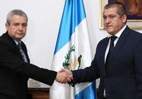 Carlos Antonio Rodas (d), secretario de Bienestar Social, fue juramentado por Carlos Martínez, secretario General de la Presidencia. (Foto Prensa Libre: Presidencia)