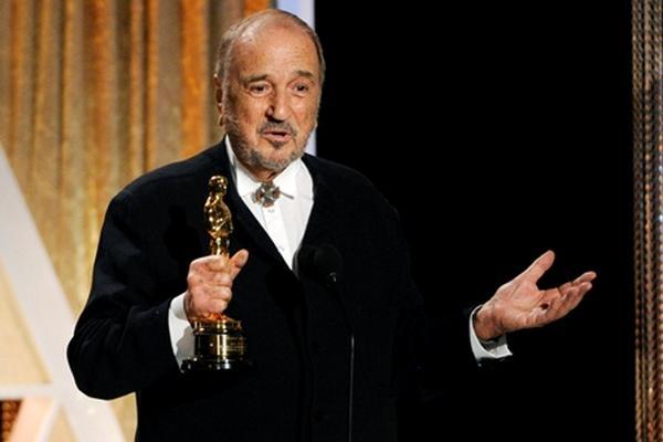 <p>Jean-Claude Carrier recibe un Óscar honorario por su trayectoria.</p>
