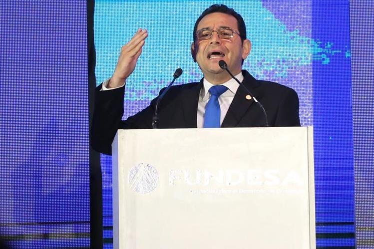 El presidente Jimmy Morales destacó el logro de Jorge Vega. (Foto Prensa Libre: EFE)