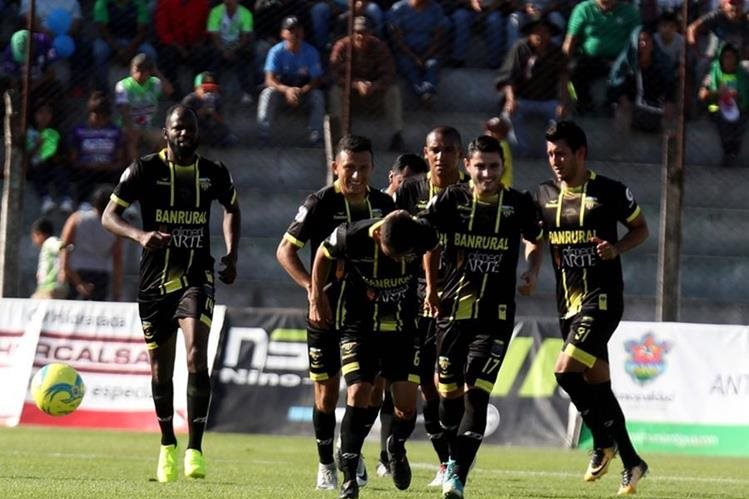 """Carlos """"El Cuilapa"""" Mejía es felicitado por sus compañeros tras el buen cabezazo que significó el primer gol de Petapa. (Foto Prensa Libre: Carlos Vicente)"""