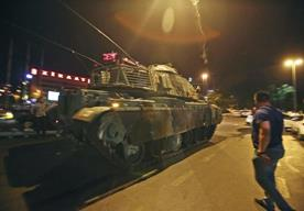 Miles salieron a las calles ante el fallido golpe del Ejército.