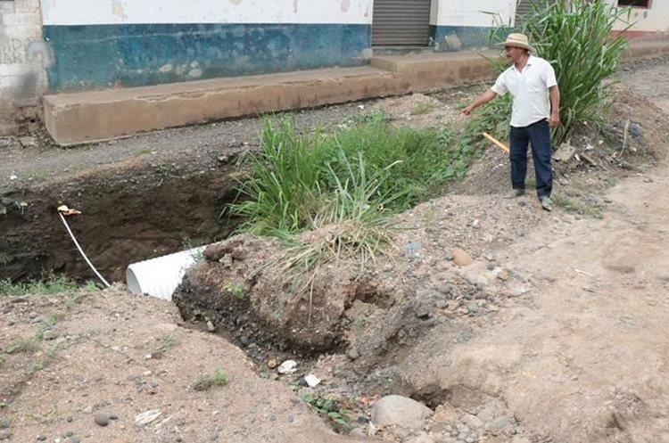 Un vecino muestra una de las calles que están intransitables. (Foto Prensa Libre: Cristian Soto)