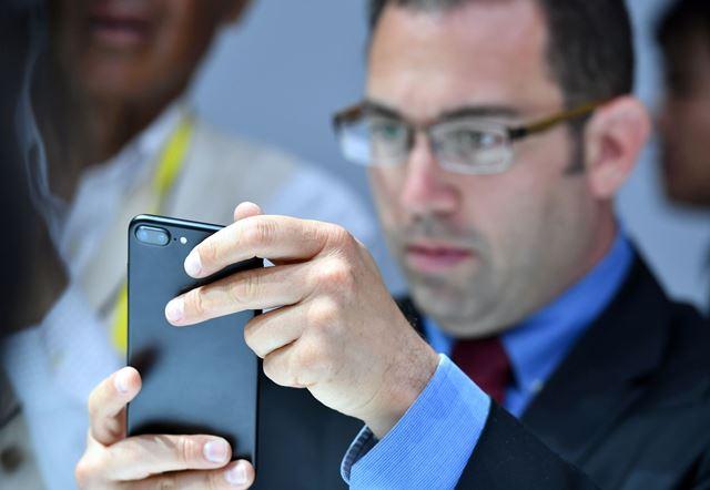 El recién presentado iPhone 7 llegará pronto a las tiendas con iOS 10 instalado de fábrica. (Foto Prensa Libre: AFP).
