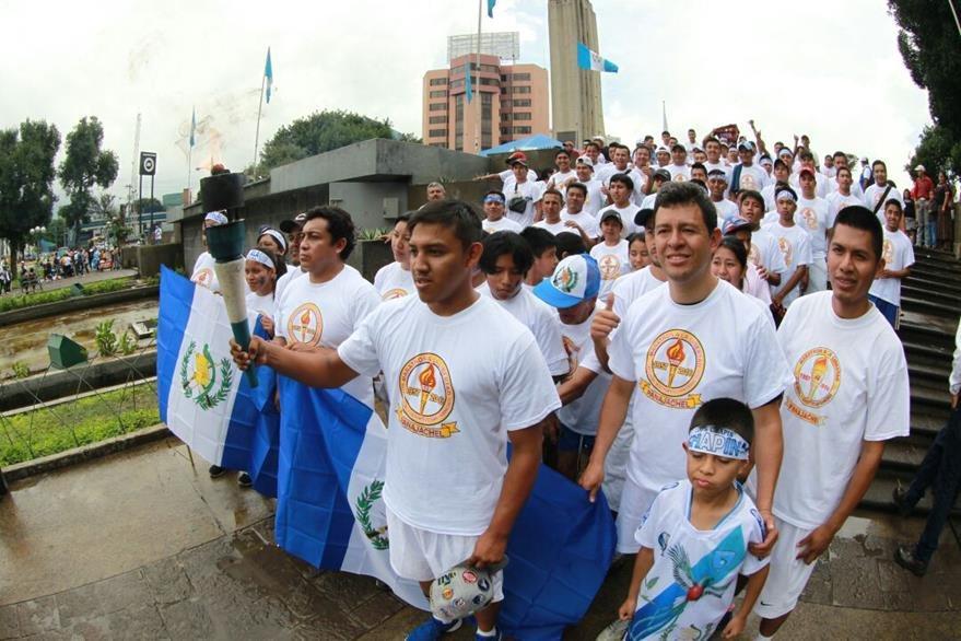 Se estima que unas 45 mil antorchas recorren este 14 de septiembre el país. La mayoría desde el Obelisco. (Foto Prensa Libre: Estuardo Paredes)