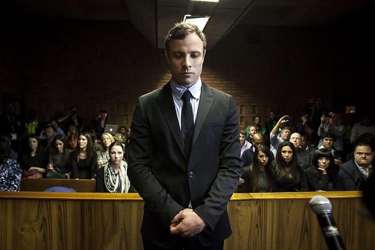 Fotografía de archivo del 19 de agosto de 2013 del atleta paralímpico Oscar Pistorius en una corte de Pretoria,Sudáfrica. Pistorius apelará la condena de 15 años de prisión por el asesinato de su novia. (Foto Prensa Libre: EFE)