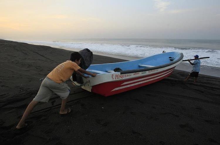 Desde tempranas horas pescadores salen al mar. (Foto Prensa Libre: Carlos Hernández)