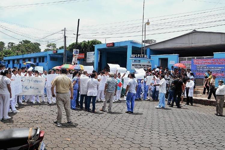 Médicos y personal paramédico del Hospital Regional de Coatepeque, Quetzaltenango, protesta por falta de medicamentos. (Foto Prensa Libre: Alexánder Coyoy)