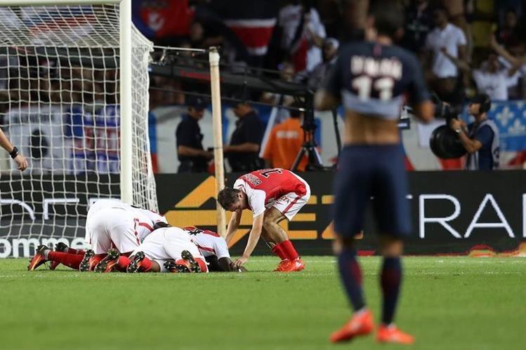 Sidibe celebra efusivamente con sus compañeros de equipo. (Foto Prensa Libre: AFP)