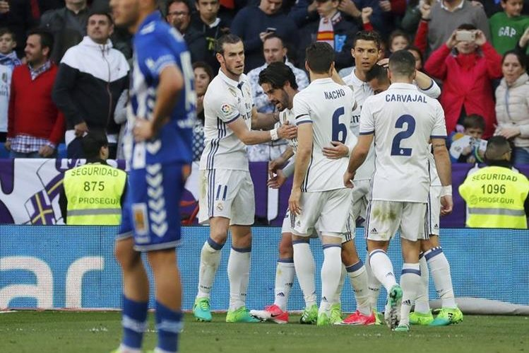 Los jugadores del Real Madrid festejan en el partido contra el Alavés. (Foto Prensa Libre: EFE)