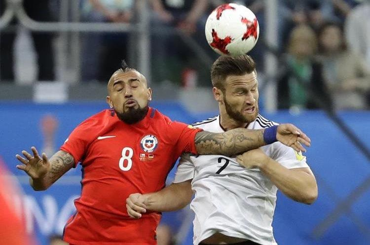 Shkodran Mustafi disputa el balón con Arturo Vidal durante la final de la Copa Confederaciones.