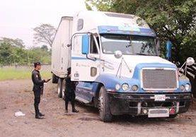 Automotor localizado por las autoridades en un predio de Masagua. (Foto Prensa Libre: PNC)