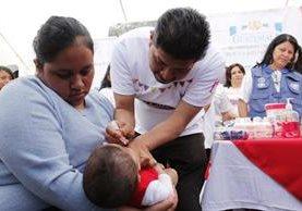 Una menor recibe una dosis de vacuna en la inauguración de la Semana de Vacunación en las Américas. (Foto Prensa Libre: Víctor Chamalé).