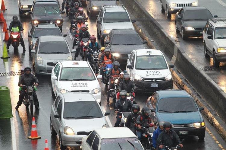 Los motoristas suelen circular en medio de vehículos lo que a veces les causa caídas. (Foto Prensa Libre: Érick Ávila)