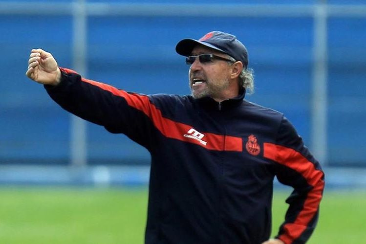 Gustavo Machaín dejó de ser el técnico de Municipal, tras la derrota contra Marquense. (Foto Hemeroteca PL).